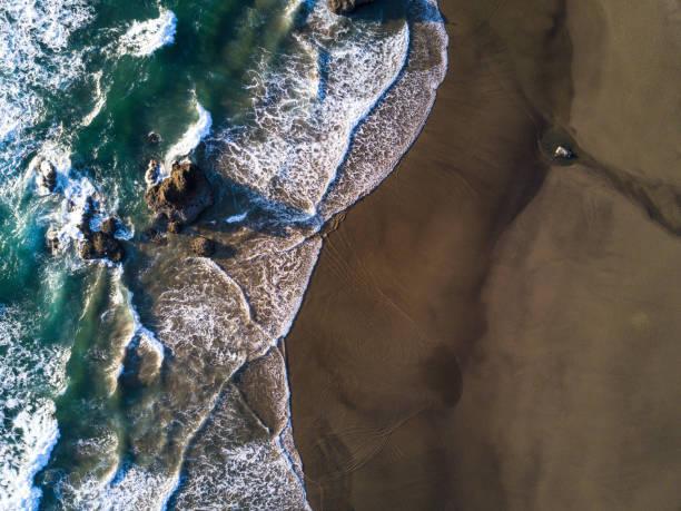 Top Down Aerial Shot of Waves Crashing on Beach in Oregon:スマホ壁紙(壁紙.com)