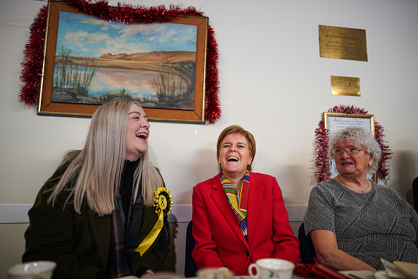 T 「First Minister Joins SNP Activists On Last Day Of The Election Campaign」:写真・画像(13)[壁紙.com]