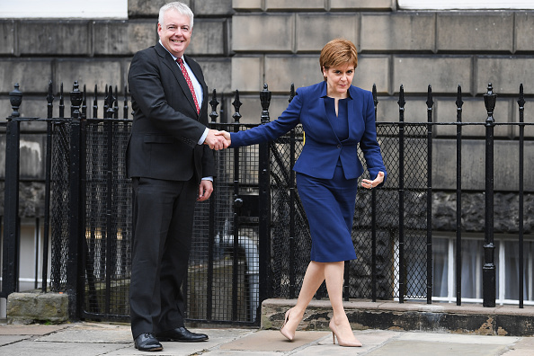 2人「First Minister Of Scotland Meets The First Minister Of Wales」:写真・画像(3)[壁紙.com]