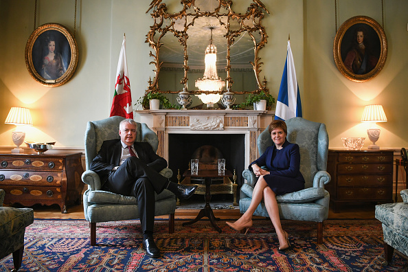 2人「First Minister Of Scotland Meets The First Minister Of Wales」:写真・画像(2)[壁紙.com]