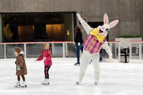 Easter Bunny「The Easter Bunny Skates On The Rink At Rockefeller Center」:写真・画像(11)[壁紙.com]