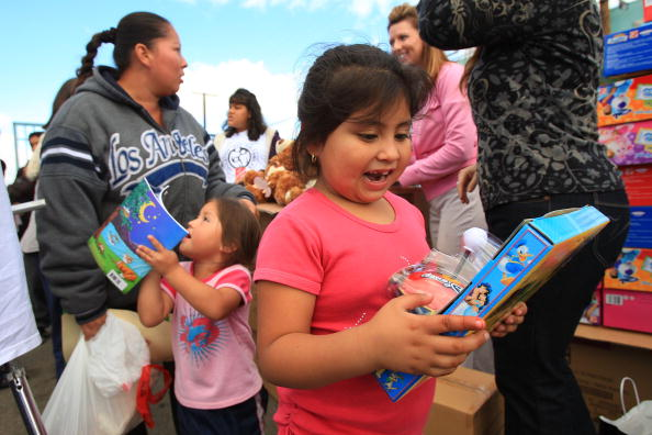Finance「Families In Need Receive Food Staples Ahead Of The Holidays」:写真・画像(5)[壁紙.com]
