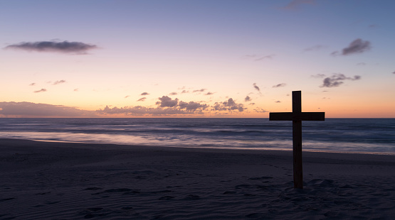 波「An old cross on sand dune next to the ocean with a calm sunrise - Arniston, South Africa」:スマホ壁紙(19)