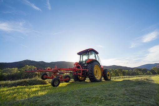 Farm「USA, Colorado, Tractor in field at sunset」:スマホ壁紙(17)