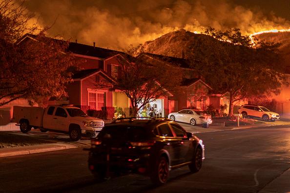 カリフォルニア州「Silverado Fire In Orange Country, California Forces Evacuations」:写真・画像(15)[壁紙.com]