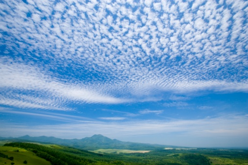 雲「Cirrocumulus clouds above a green rural landscape. Nakashibetsu, Shibetsu, Hokkaido, Japan」:スマホ壁紙(6)