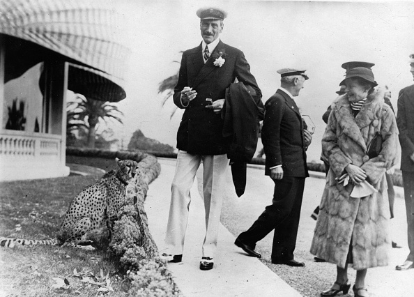 Animals Hunting「King X of Denmark with an circus cheetah in Cannes. Photograph. About 1936. (Photo by Imagno/Getty Images) König Christian X. von Dänemark mit einem Zirkus-Geparden in Cannes. Photographie. Um 1936.」:写真・画像(12)[壁紙.com]