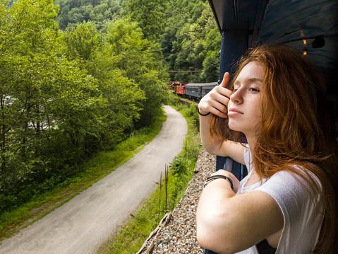 鉄道・列車「魅力的な 17 歳のティーンエイ ジャーの女の子では、電車で風光明媚な景観をお楽しみください。」:スマホ壁紙(8)