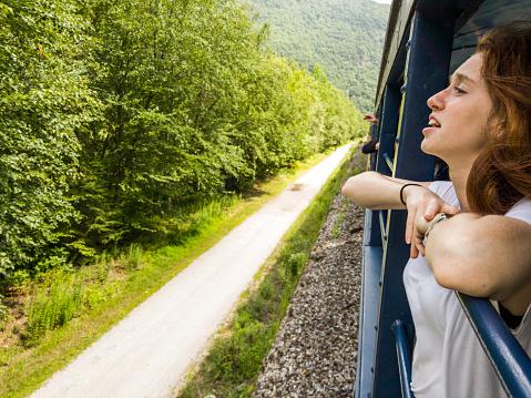 鉄道・列車「魅力的な 17 歳のティーンエイ ジャーの女の子では、電車で風光明媚な景観をお楽しみください。」:スマホ壁紙(7)