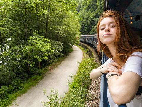 鉄道・列車「魅力的な 17 歳のティーンエイ ジャーの女の子では、電車で風光明媚な景観をお楽しみください。」:スマホ壁紙(9)