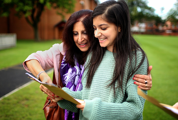 Parent「Students Throughout The UK Receive Their A Level Results」:写真・画像(8)[壁紙.com]