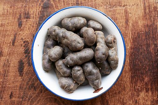 Peruvian Potato「Purple potatoes in an enamel bowl」:スマホ壁紙(19)
