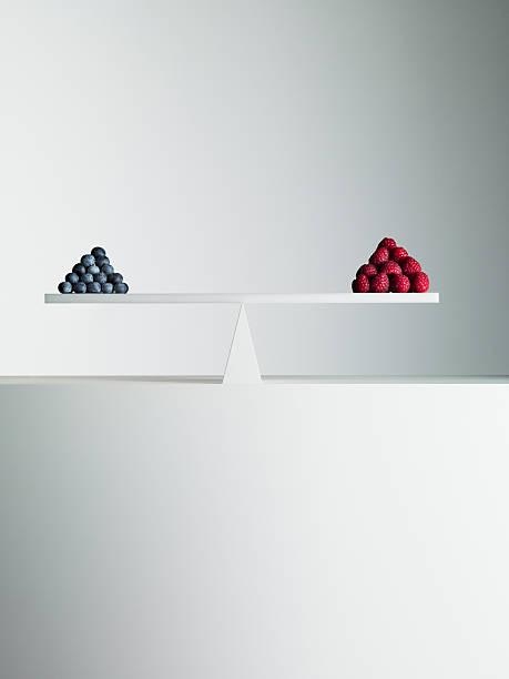 Blueberries and strawberries balanced on opposite ends of seesaw:スマホ壁紙(壁紙.com)