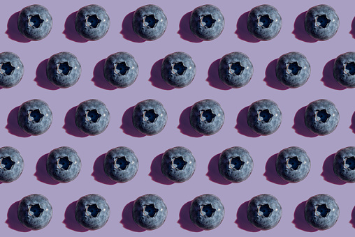 Close To「Blueberries in a row, pattern on purple background」:スマホ壁紙(18)