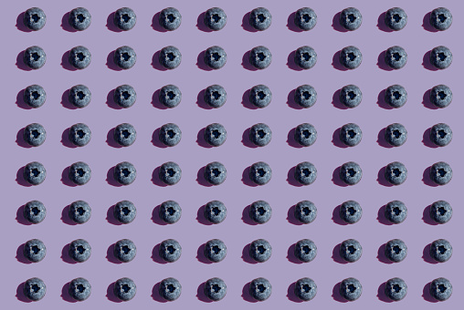Conformity「Blueberries in a row, pattern on purple background」:スマホ壁紙(16)