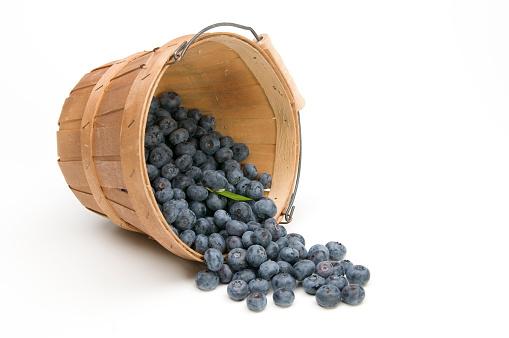 Spilling「Blueberries flowing from an overturned basket」:スマホ壁紙(1)