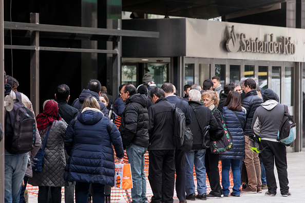 Waiting In Line「Argentina Imposes Controls On Foreign Exchange Market」:写真・画像(6)[壁紙.com]