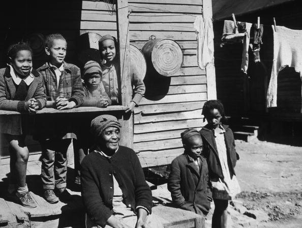 African-American Ethnicity「Ederly African-American woman & six children outside house, Atlanta, Georgia, 1920s.」:写真・画像(17)[壁紙.com]