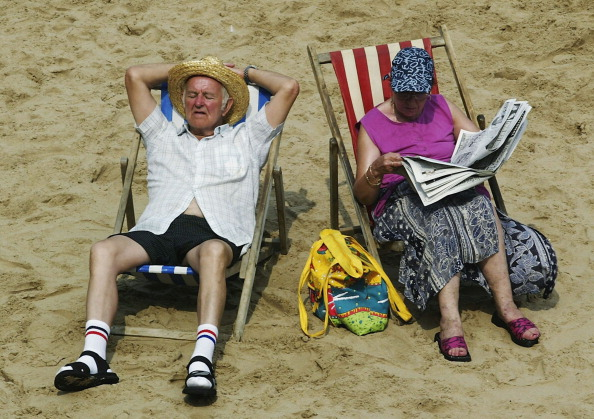 Senior Adult「Brits Enjoy The Unusually Hot Weather」:写真・画像(13)[壁紙.com]