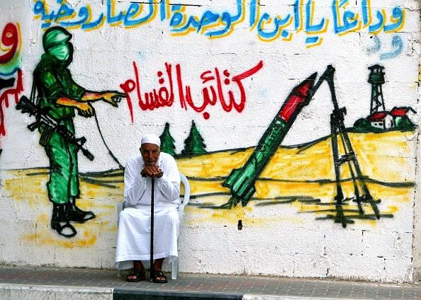 Gaza Strip「Palestinian Man Sit In Front Of Mural」:写真・画像(0)[壁紙.com]