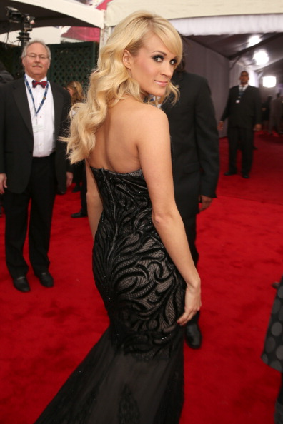 Looking Over Shoulder「The 55th Annual GRAMMY Awards - Red Carpet」:写真・画像(4)[壁紙.com]