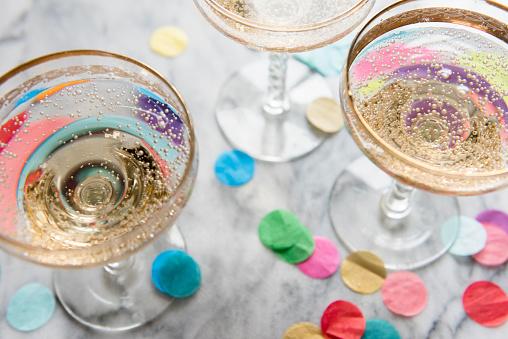 Success「Confetti near glasses of champagne」:スマホ壁紙(6)