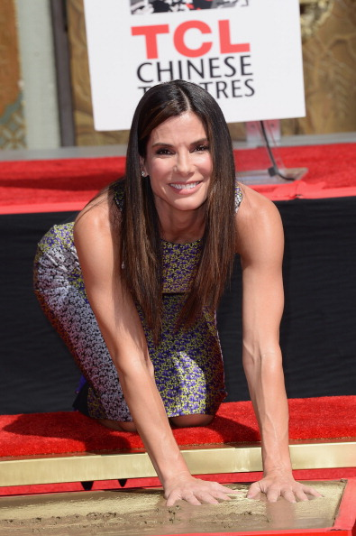 """TCL Chinese Theatre「Sandra Bullock Immortalized With Hand And Footprint Ceremony At The TCL Chinese Theatre In Celebration Of Her New Film """"Gravity""""」:写真・画像(5)[壁紙.com]"""