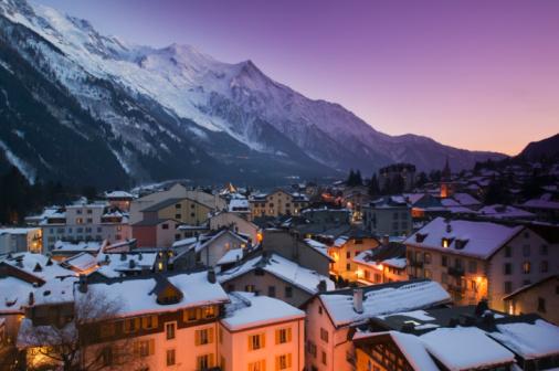 European Alps「France, Haute Savoie, Chamonix, rooftops, evening, winter」:スマホ壁紙(14)