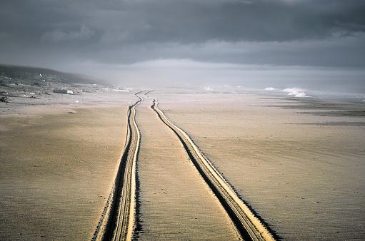 Dirt Road「Trail of two wheels of car drove along the wide beach」:スマホ壁紙(12)