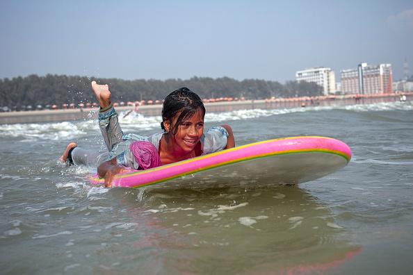 Bangladesh「Bangladeshi Beach Vendors Compete In Coxs Bazar Surf Competition」:写真・画像(16)[壁紙.com]