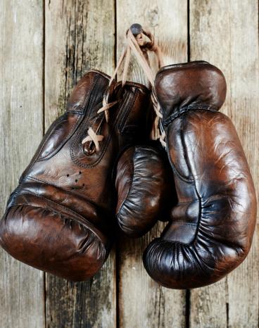 スポーツ用品「Old worn leather boxing gloves」:スマホ壁紙(9)