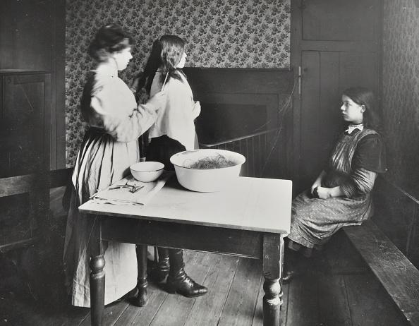 虫・昆虫「A Nurse Examines Girls' Hair, Central Street Cleansing Station, London, 1914」:写真・画像(11)[壁紙.com]