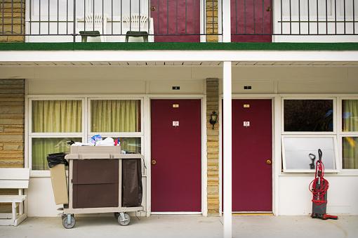 Motel「Housekeeper's Cart and Vacuum Cleaner Outside Motel」:スマホ壁紙(3)