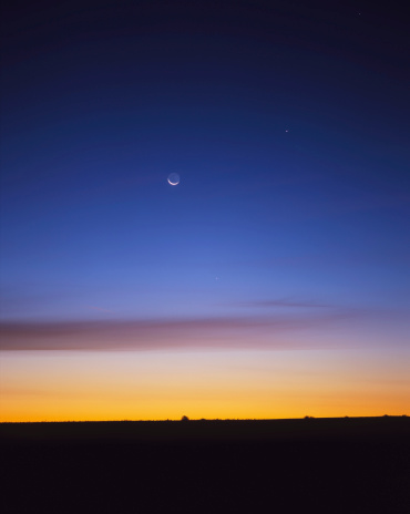 半月「September 24, 2003 - Pre-dawn sky with waning crescent moon, Jupiter at top, and Mercury at lower center, Gleichen, Alberta, Canada.」:スマホ壁紙(15)