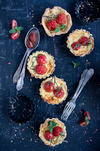 Food Styling「home made tarteletts with cherry tomatoes on black」:スマホ壁紙(12)