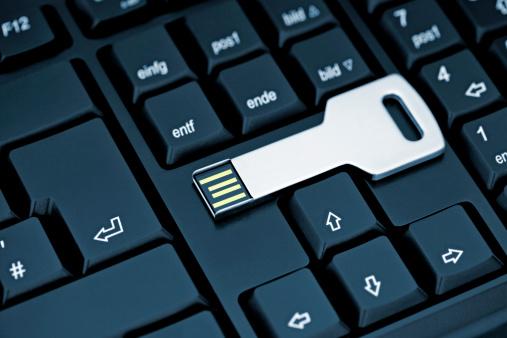 Security System「Metal USB flash storage Key on black Keyboard」:スマホ壁紙(15)