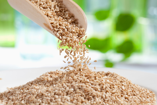 Sesame Seed「Seasame seeds pouring from wooden scoop, close up」:スマホ壁紙(4)