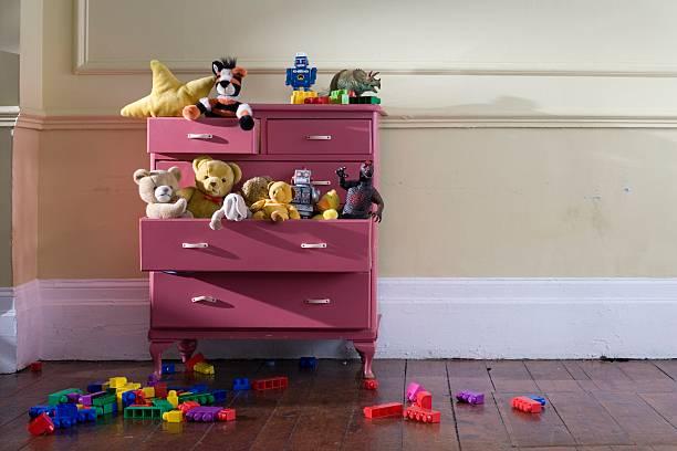 Toys in a dresser:スマホ壁紙(壁紙.com)
