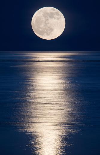 Moon「Moonrise over ocean.」:スマホ壁紙(14)