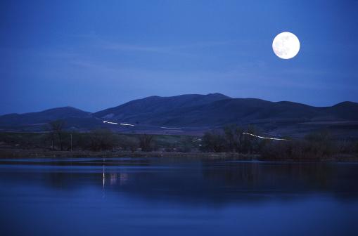 月「Moonrise over Lake」:スマホ壁紙(19)