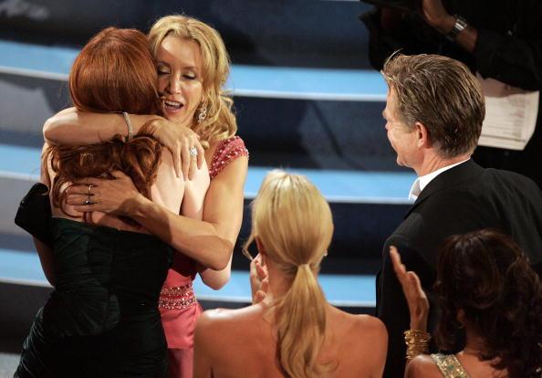 Curly Hair「57th Annual Emmy Awards - Show」:写真・画像(16)[壁紙.com]