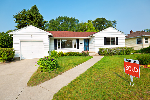Home Sweet Home「1950s Mid-Century Modern Bungalow Real Estate For Sale with SOLD Sign」:スマホ壁紙(4)