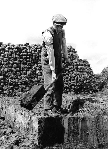 Peat「Man cutting peat in Ireland, 20's」:写真・画像(5)[壁紙.com]