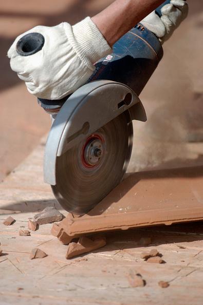 Cutting「Man cutting tiles with circular saw」:写真・画像(8)[壁紙.com]