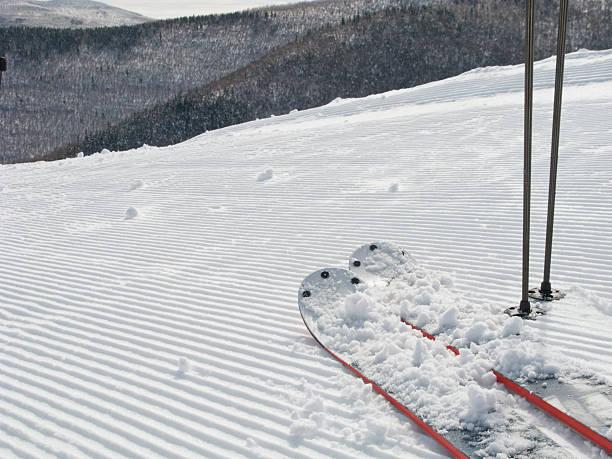 USA, New York, Hunter, Skis on ski slope:スマホ壁紙(壁紙.com)