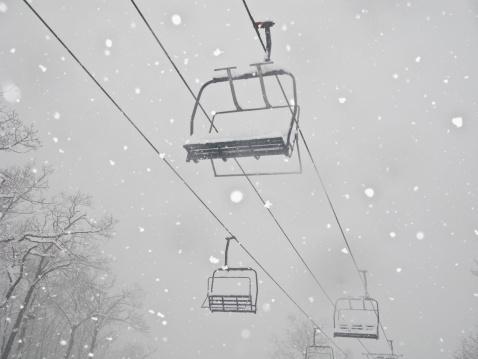 スキー「USA, New York, Hunter, Ski lift in snow」:スマホ壁紙(2)