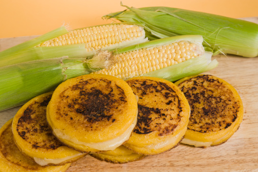 Corn「Arepas with ear of corns on wooden board」:スマホ壁紙(13)