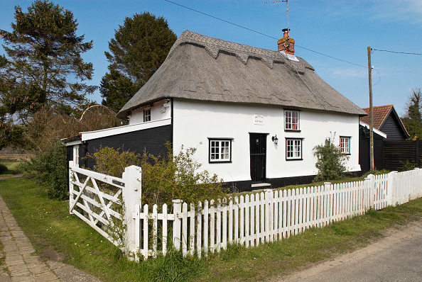 Fence「Thatched detached countryside cottage, Middleton, Suffolk, UK」:写真・画像(4)[壁紙.com]