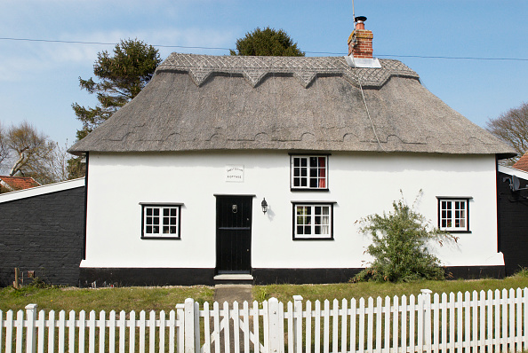 Front View「Thatched detached countryside cottage, Middleton, Suffolk, UK」:写真・画像(15)[壁紙.com]
