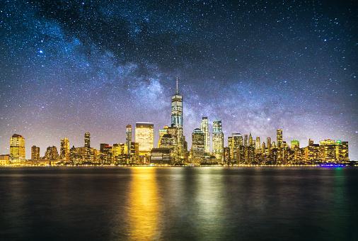 天の川「夜ニューヨーク マンハッタンのダウンタウンのスカイライン天の川反射」:スマホ壁紙(15)